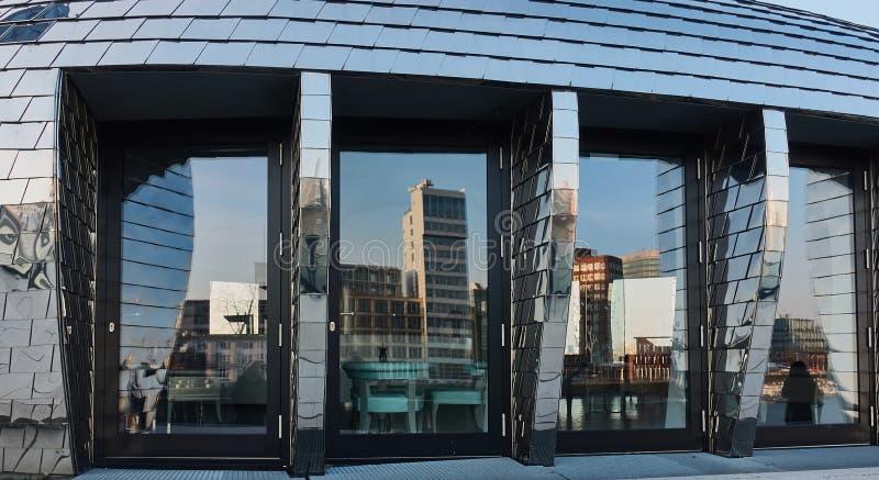 DUESSELDORF, ALEMANIA - 27 DE FEBRERO DE 2016: El horizonte del medios puerto de Duesseldorf refleja agradable en las ventanas de imagenes de archivo