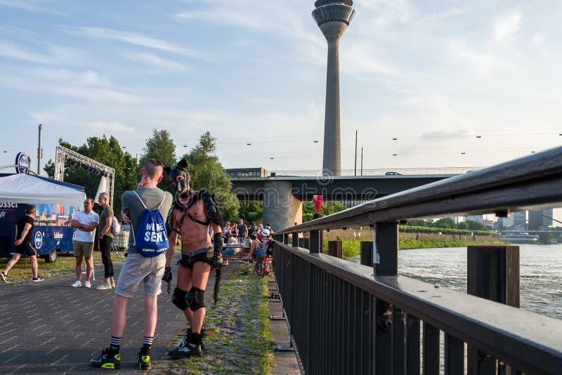 Duesseldorf, Alemania - 4 de junio de 2018: Los hombres que celebran en el orgullo gay van de fiesta en el río Rhine foto de archivo
