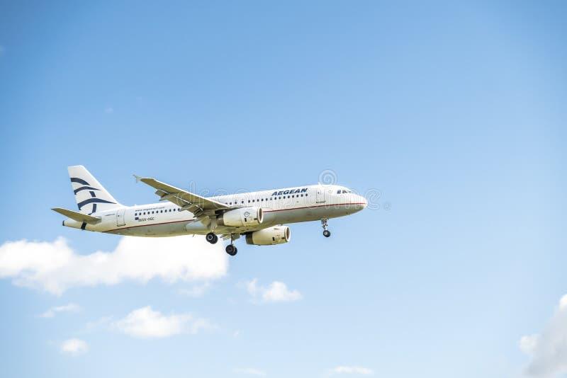 Duesseldorf, Alemania - 5 de octubre de 2017: Aterrizaje de Airbus A320 del aire de Aegan en el aeropuerto de Düsseldorf imagen de archivo libre de regalías