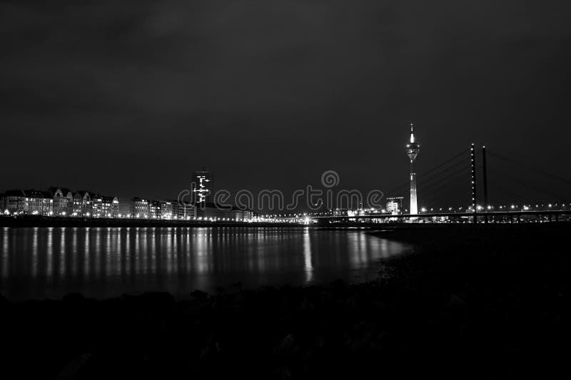 Duesseldorf a panorama del Reno di notte fotografie stock