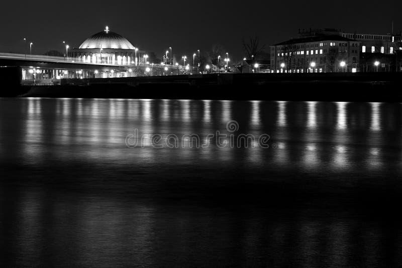 Duesseldorf przy nocy Rhine panoramą obraz stock