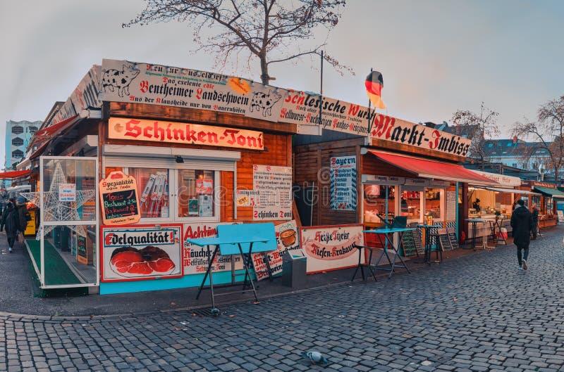 DUESSELDORF TYSKLAND - JANUARI 05, 2017: Hirh upplösning, hyperrealistic sikt på den stationära marknaden på Carlsplatzen arkivbild