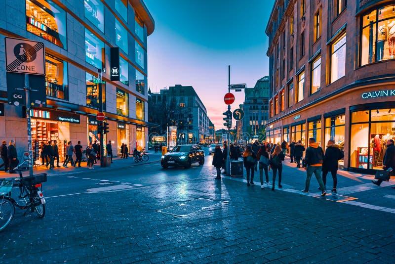 Duesseldorf, Tyskland, 31 oktober 2019: Många oidentifierade individer rusar fram framför skugghjulen för att handla fotografering för bildbyråer