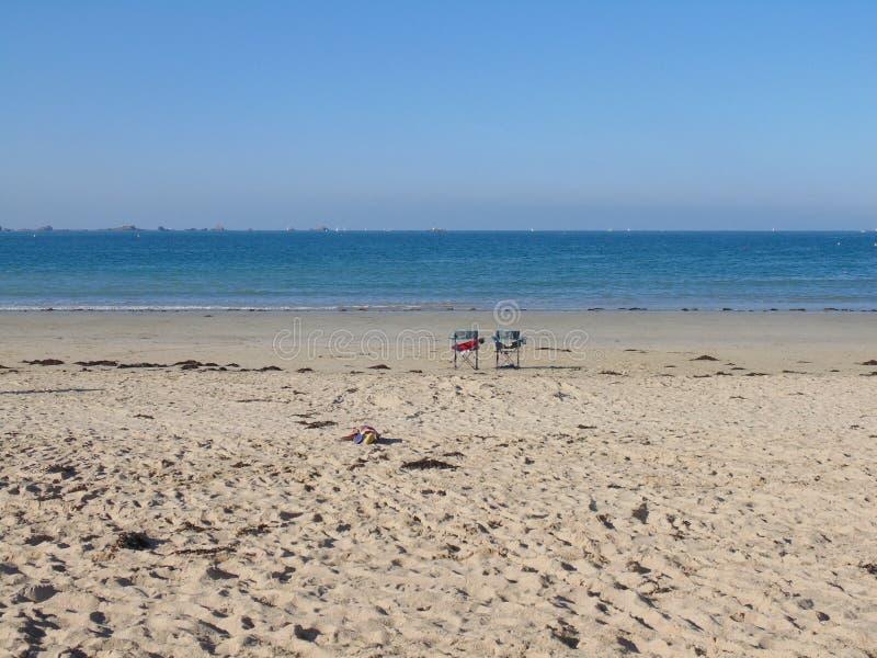 Duet van stoelen op het strand stock foto's