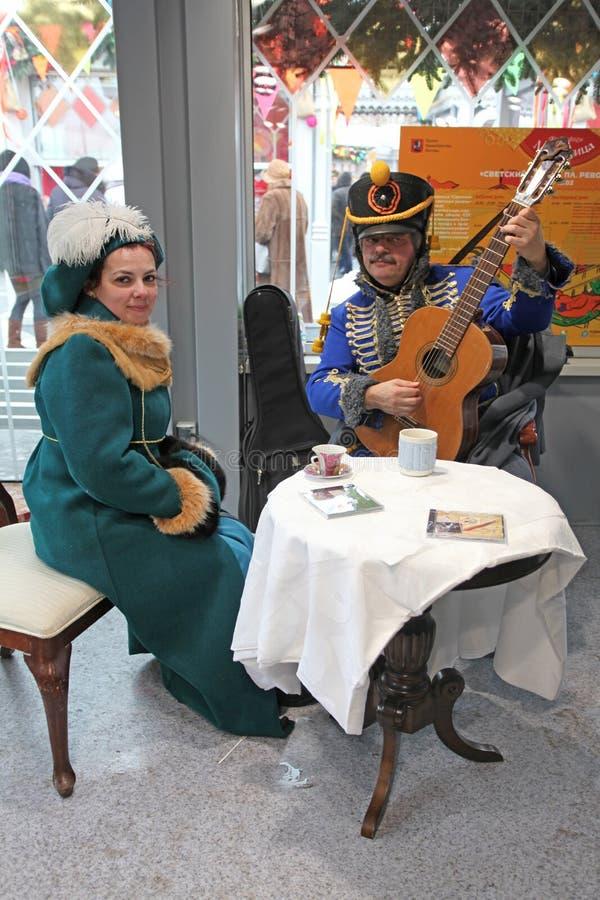 Duette di gioco e di canto della chitarra in XIX costume del Russo di secolo immagine stock libera da diritti