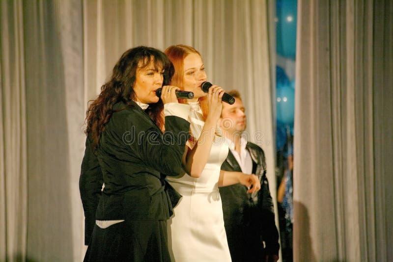 Duetten av de två ryska popstjärnorna, skönheterna Olga Tabor och Anna Malysheva, solist av grönmyntan för popmusikband arkivfoto
