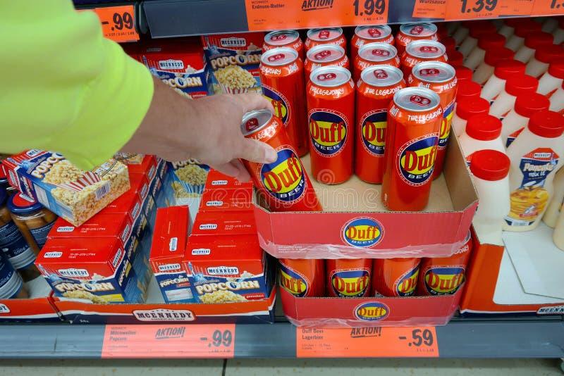 Duff Beer i en Lidl supermarket arkivfoton