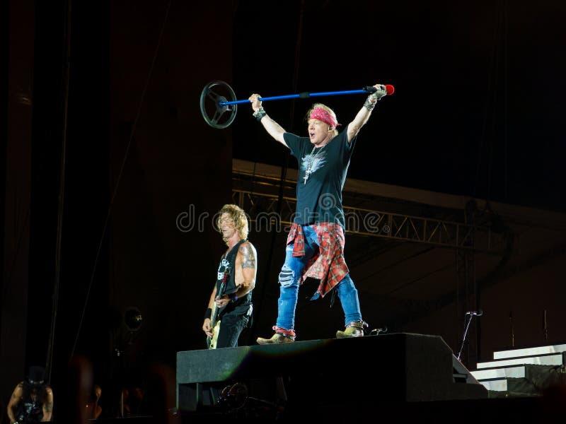 Duff McKagan e Axl Rosein spara il concerto delle rose di N - non in questo giro del Sudamerica di vita fotografia stock libera da diritti