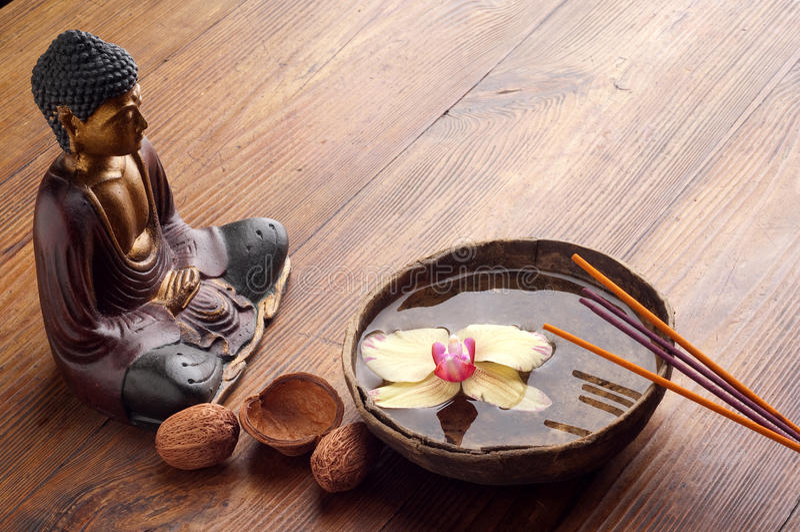 Duft und Buddha-Statue lizenzfreie stockfotos