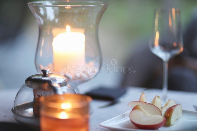 Duftende Kerze in einem Glasbecher stockbilder