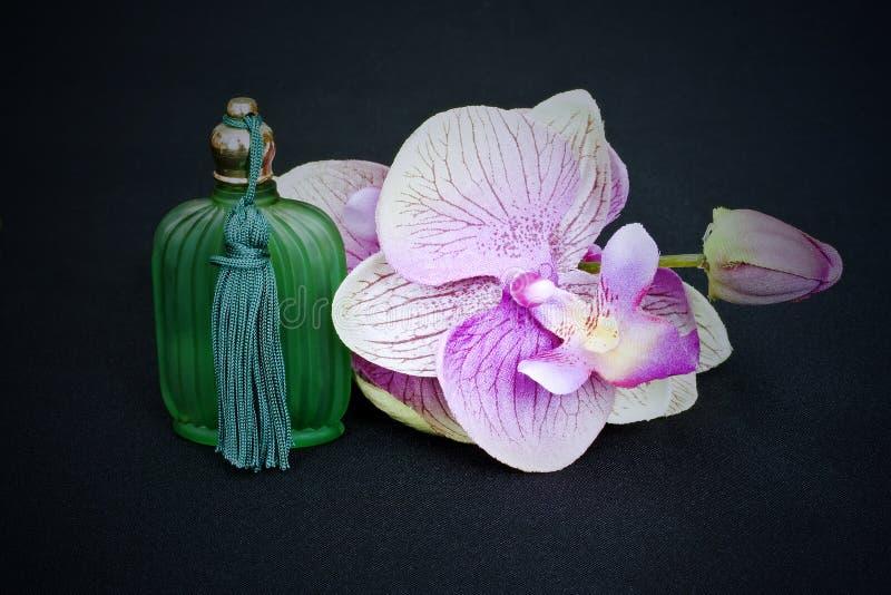 Duftstoffflasche und -orchidee lizenzfreies stockbild