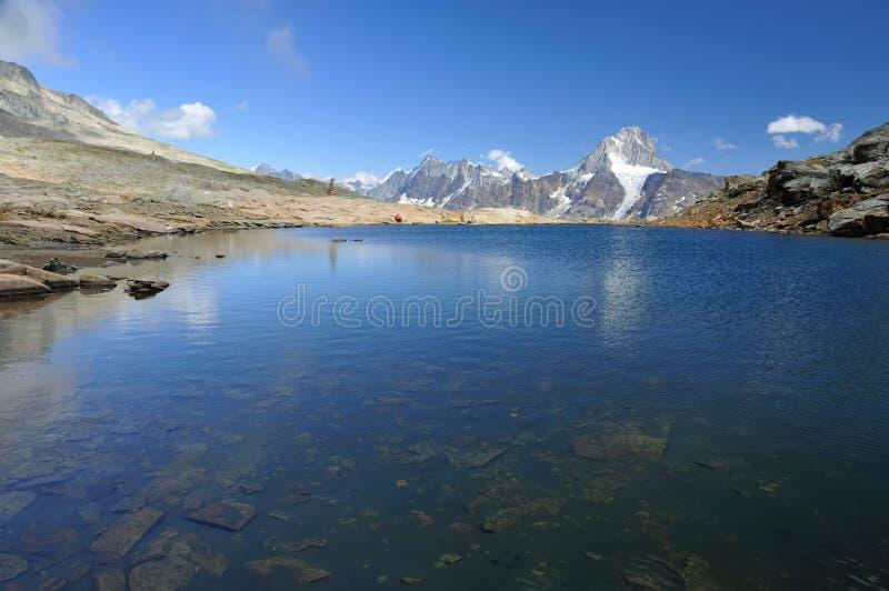 Duidelijk blauw bergmeer stock foto