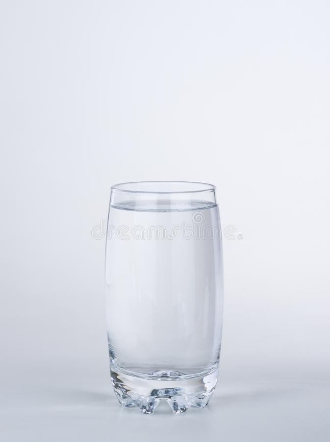 Duidelijk glashoogtepunt van water op witte achtergrond stock foto's