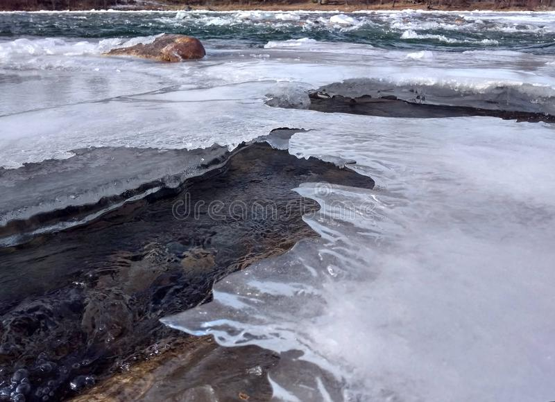 Duidelijk ijs van een bergrivier royalty-vrije stock afbeeldingen