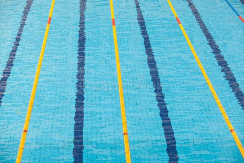 Duidelijk transparant zwembadwater Zwem stegen in olympisch zwembad royalty-vrije stock afbeelding