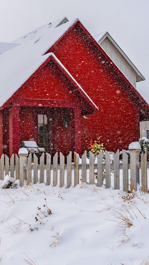 Duidelijk Verticaal die de Winterweer met sleep op de sneeuw naar de huizen in Dageraad wordt gestempeld stock afbeeldingen