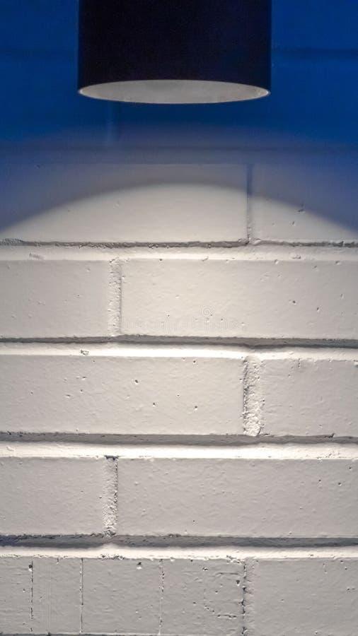 Duidelijk Verticaal Zwart cilindrisch licht tegen een witte muur in Eagle Mountain Utah stock afbeeldingen
