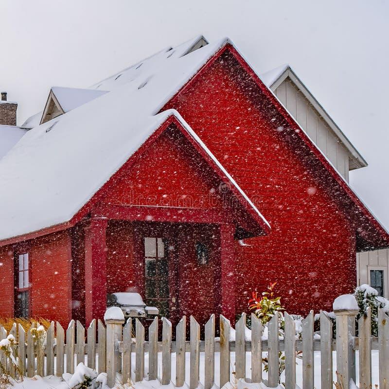 Duidelijk Vierkant die de Winterweer met sleep op de sneeuw naar de huizen in Dageraad wordt gestempeld royalty-vrije stock foto's