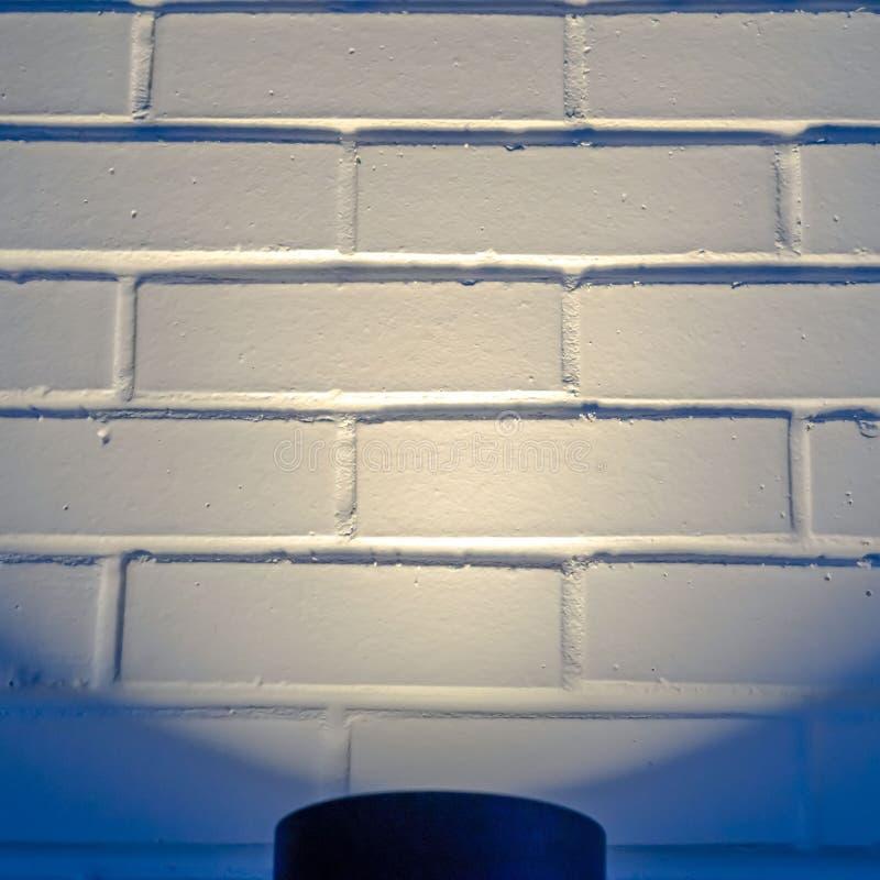 Duidelijk Vierkant Zwart cilindrisch licht dat een muur in Eagle Mountain Utah verlicht stock afbeeldingen
