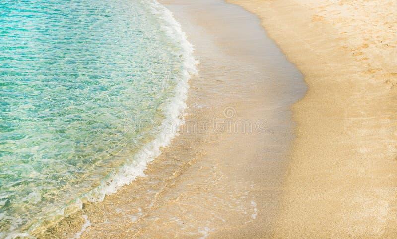 Duidelijk water en zandige kust bij het strand van Cleopatra, Alanya, Turkije stock foto's