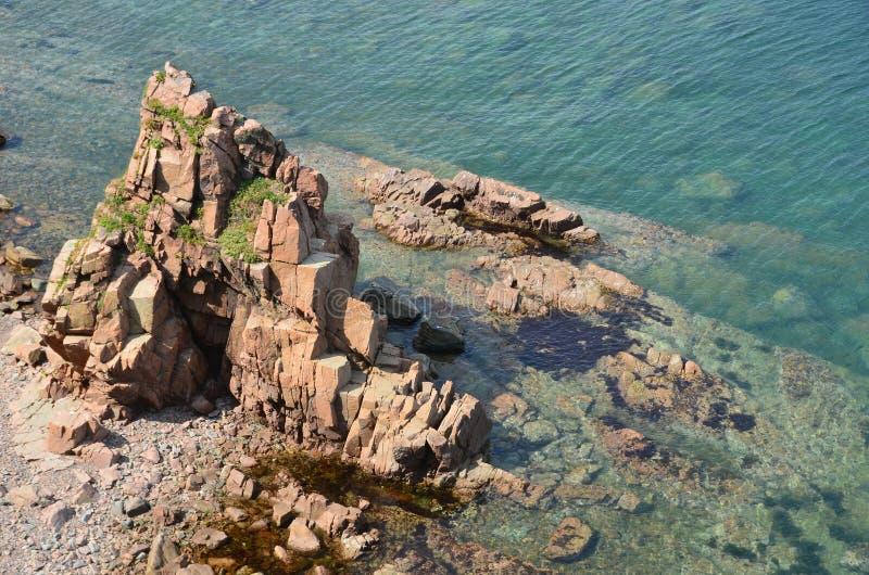 Duidelijk water van het overzees van Japan dichtbij de kust van het Eiland Klykov, Primorsky Krai, Rusland royalty-vrije stock fotografie