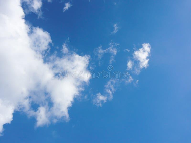 Duidelijke blauwe hemel en de witte achtergrond van de wolkenzomer royalty-vrije stock afbeelding