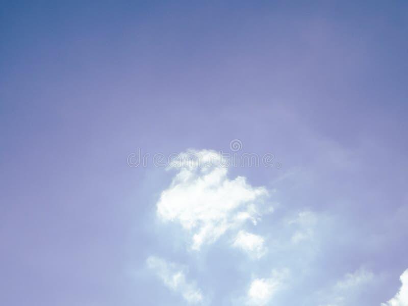 Duidelijke blauwe hemel en de witte achtergrond van de wolkenzomer stock afbeelding