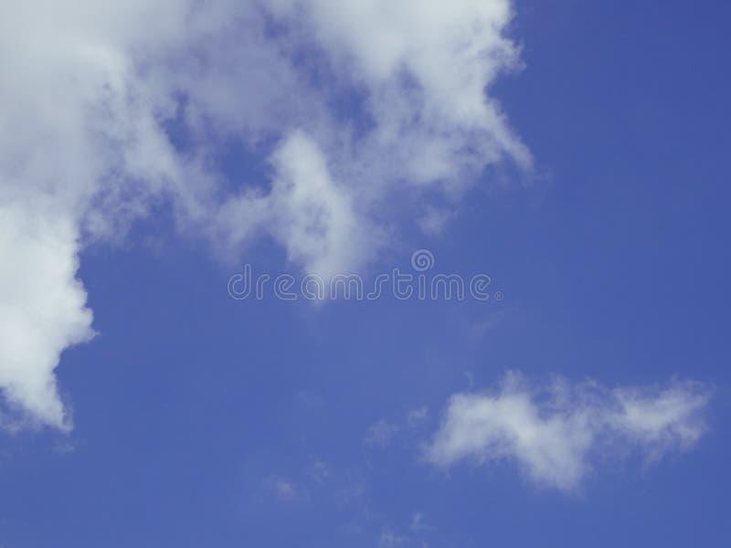 Duidelijke blauwe hemel en de witte achtergrond van de wolkenzomer stock afbeeldingen