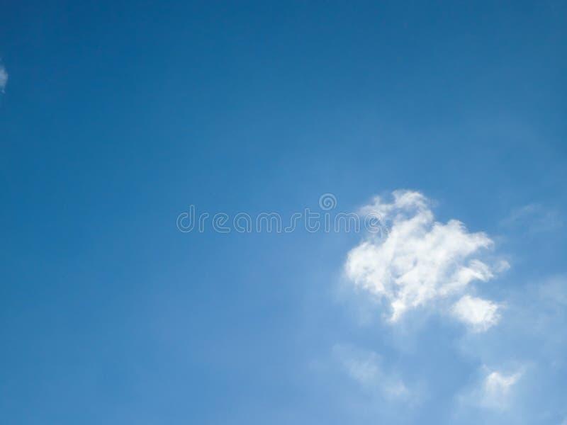 Duidelijke blauwe hemel en de witte achtergrond van de wolkenzomer stock foto's