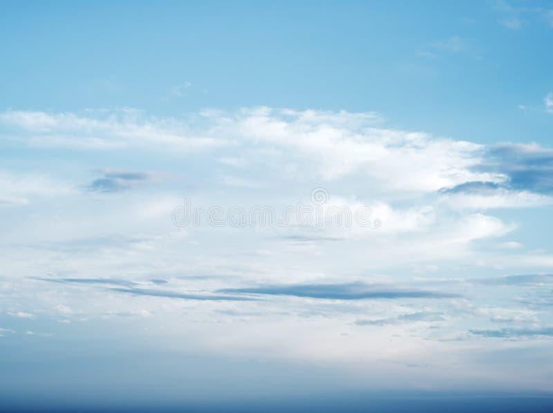 Duidelijke blauwe hemel en witte wolken stock afbeeldingen