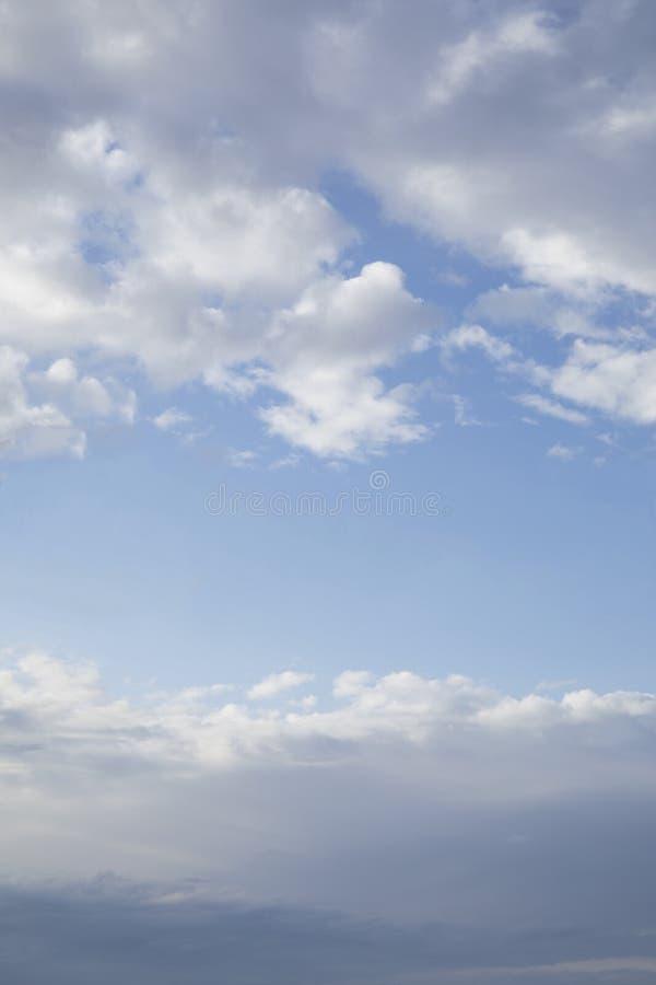 Duidelijke blauwe hemel tussen wolken in de bodem en de bovenkant van beeld royalty-vrije stock afbeelding
