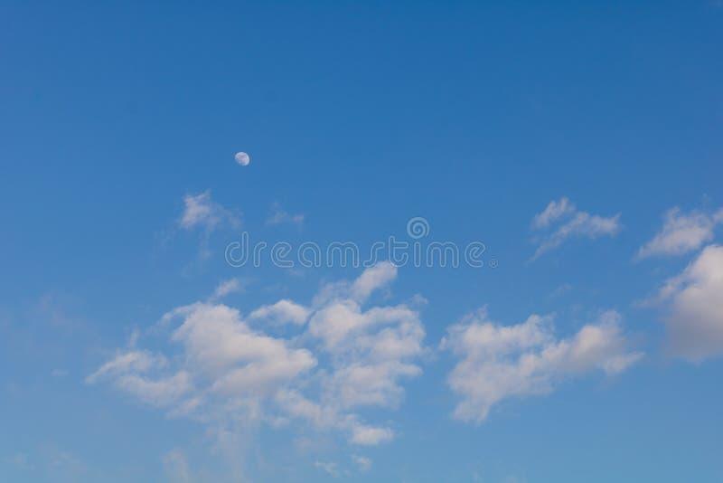 Duidelijke dag met de maan stock foto