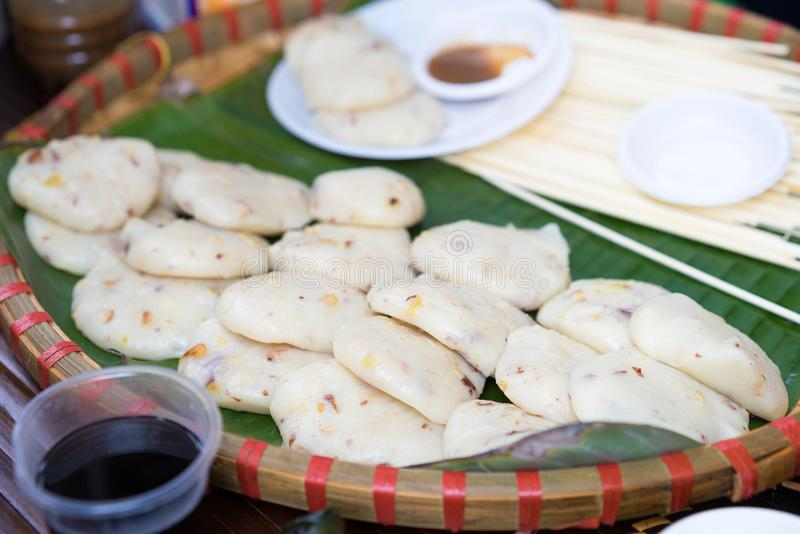 Duidelijke die rijstvlaai, banh duPc in Vietnamees wordt geroepen Banh Duc is een cake van of niet glutineuze rijstbloem of graan stock foto's