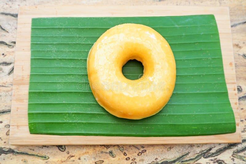 Duidelijke doughnut op banaanblad stock foto