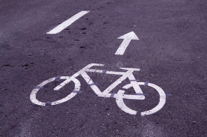 Duidelijke fietsweg in het park Achtergrond stock foto
