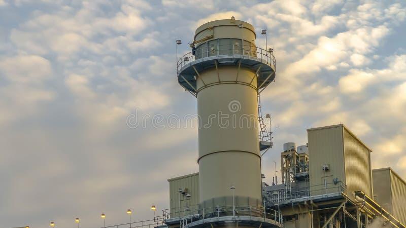 Duidelijke Panoramaelektrische centrale in de Vallei die van Utah rook uitzenden die tegen hemel met gezwollen wolken wordt gevul royalty-vrije stock afbeeldingen