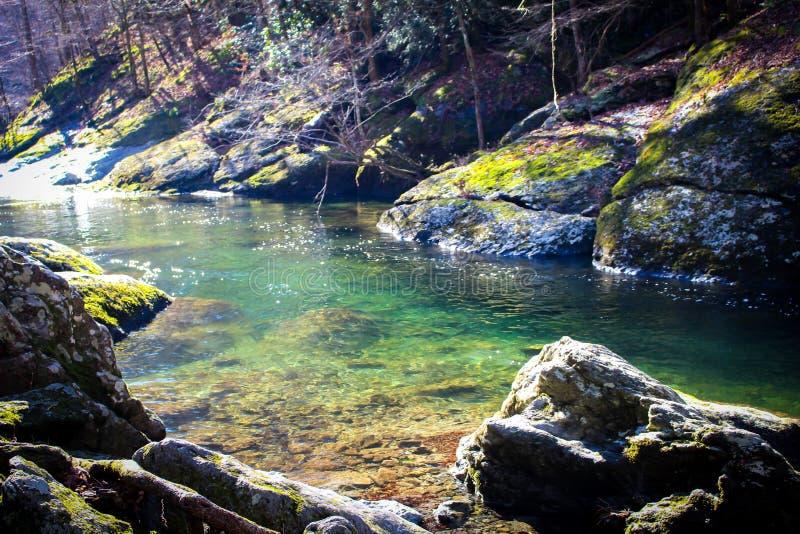 Duidelijke rivier in de rokerige bergen stock afbeeldingen