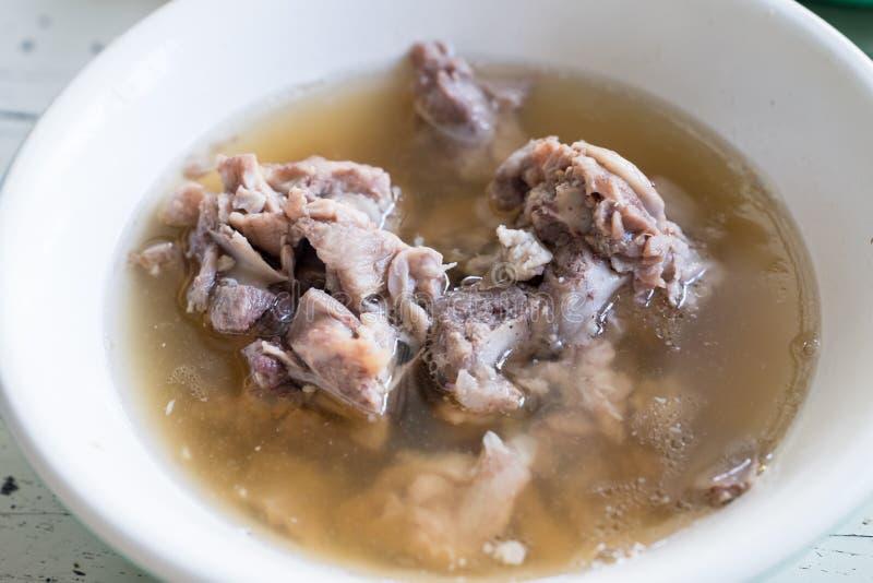 Duidelijke soep met varkensvlees stock foto