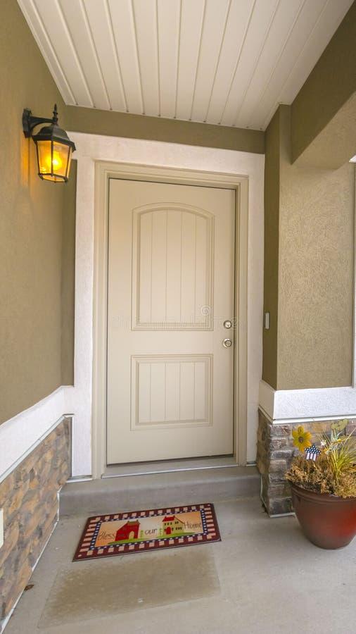 Duidelijke Verticale Witte voordeur en weerspiegelend venster van een huis tegen weg en bewolkte hemel stock foto's