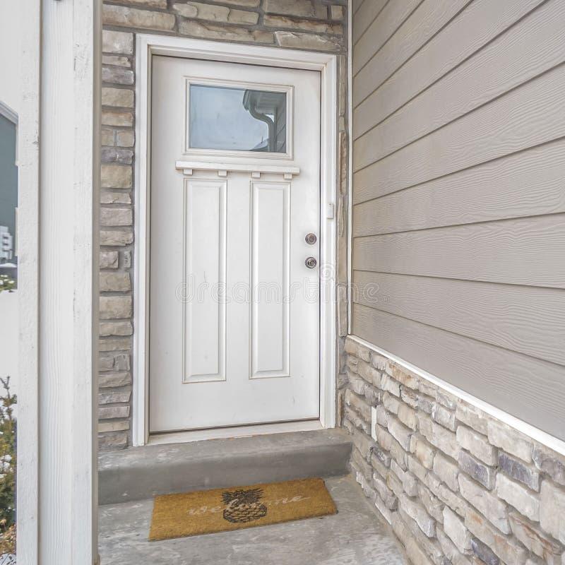 Duidelijke Vierkante Witte houten voordeur met weerspiegelend glaspaneel op entance van een huis royalty-vrije stock afbeelding