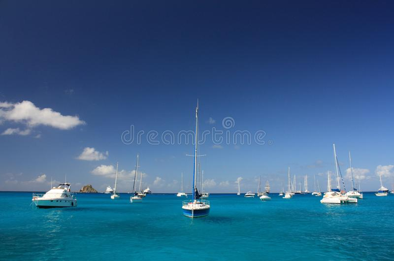 Duidelijke water, eiland, jachten en boten royalty-vrije stock afbeelding