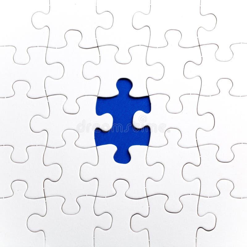 Duidelijke witte puzzel, op Blauwe achtergrond stock foto's