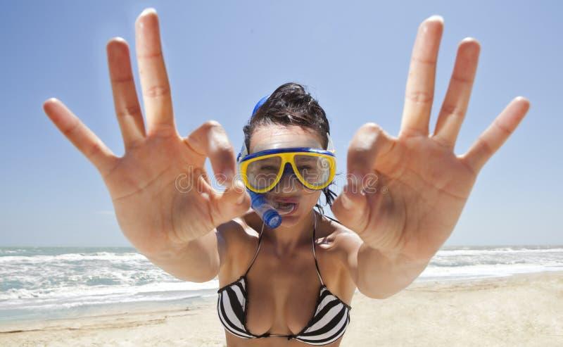 Duikend meisje in een zwemmend masker stock afbeelding