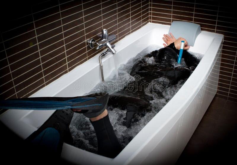 Duiker in badkuip stock foto's