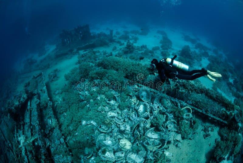 Duiker over Onderwaterschipbreuk stock foto