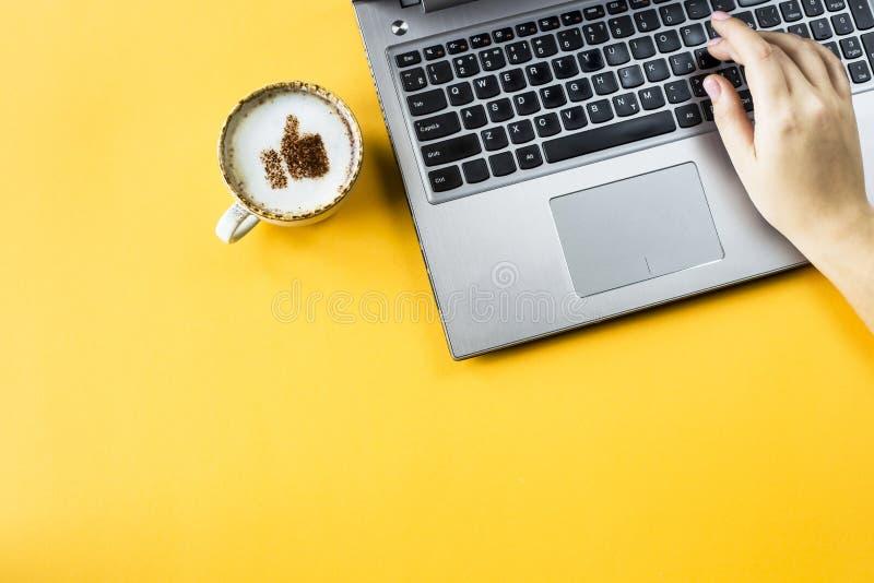 Duim omhoog - beeld op koffie stock foto