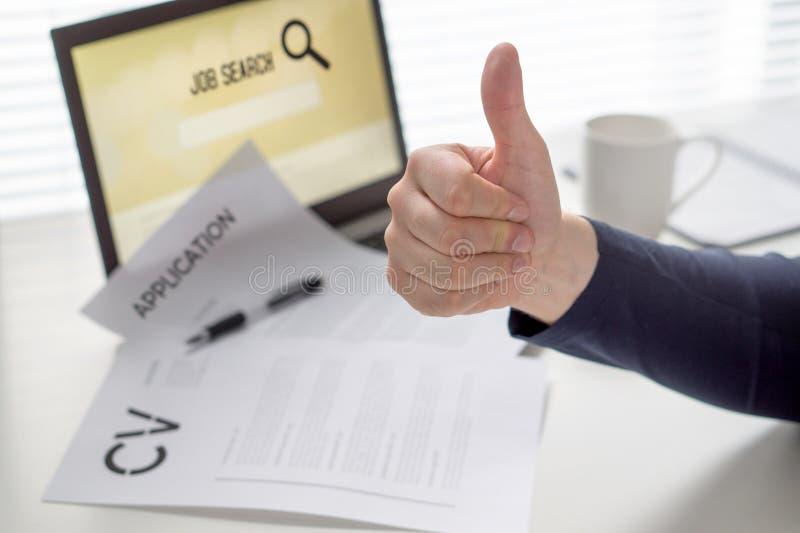 Duimen omhoog voor baanonderzoek Kandidaat met positieve houding Gelukkige werkzoekende Vrolijke mens tevreden met het vinden van royalty-vrije stock afbeelding