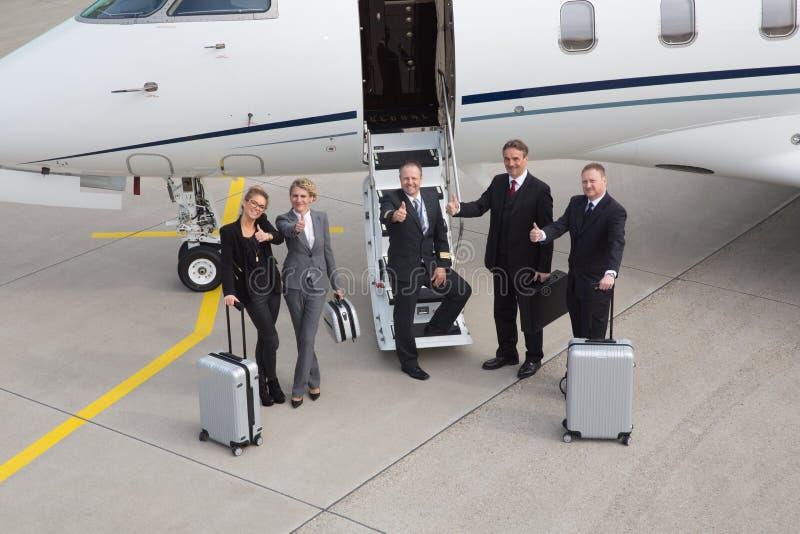 Duimen omhoog voor vliegtuig - uitvoerend commercieel team stock foto