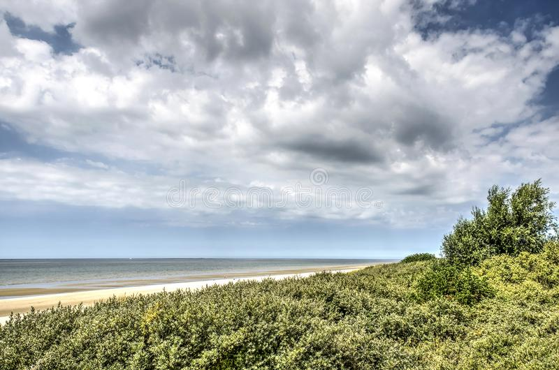 Duinen, strand, overzees en wolken royalty-vrije stock fotografie