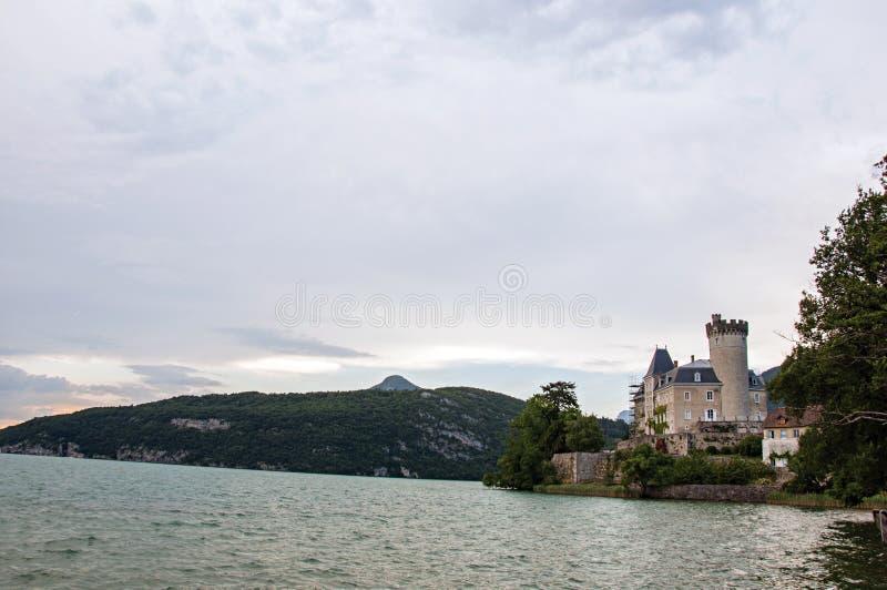 Duingtkasteel, naast het Meer van Annecy stock foto's